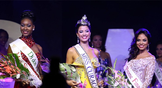 Winner Miss Universe Curacao 2015 Kanisha Sluis flanked by her runners-up Neyda Lithgow  and Shaedith Adriana
