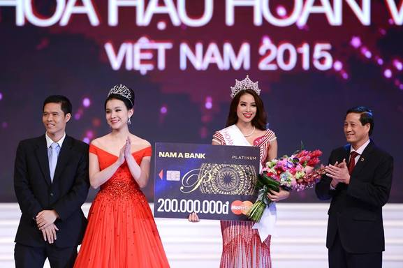 Pham Thi Huong  with her predecesor Đặng Thu Thảo Miss Universe Vietnam 2014 receiving her priz