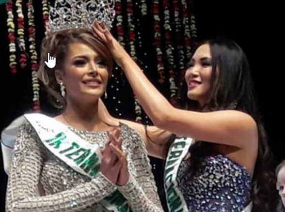 Winner, Maydeliana Diaz being crowned by out going queen Yuri Uchida