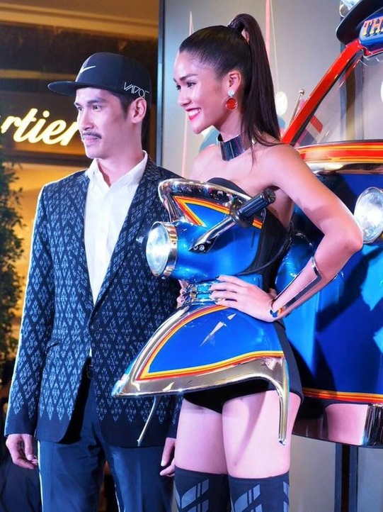 Aniporn Chalermburanawong  Miss Universe thailand 2015 with the designer of her tuk tuk constume for the Miss Universe 2015 pageant