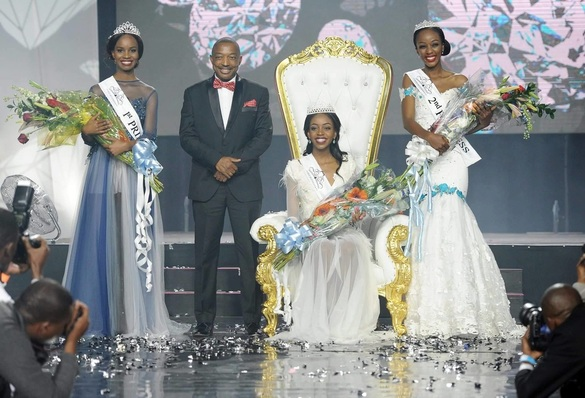 Thata kenosi, Miss Botswana 2016 flanked by runners up
